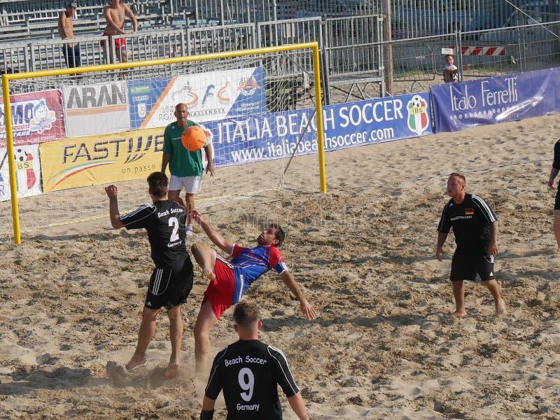 Torneo del fútbol de la playa de 6 naciones imagenes de archivo