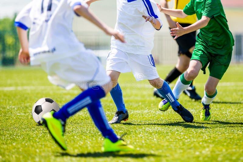 Torneo di calcio per i gruppi della gioventù Giovani ragazzi che giocano a calcio s fotografia stock
