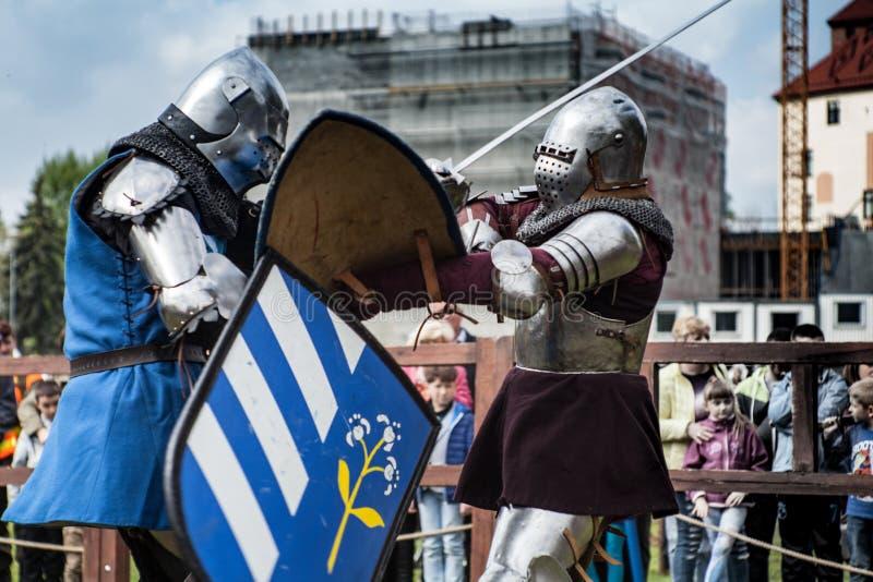 torneo di #2 I cavalieri nelle congregazioni stanno combattendo nell'anello Evento pubblico nella città fotografia stock libera da diritti