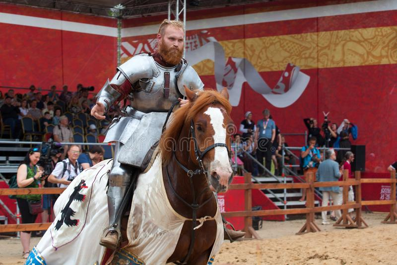 Torneo di St George, concorsi jousting, cavalieri sui cavalli che combattono con le lance, torneo del cavaliere immagine stock