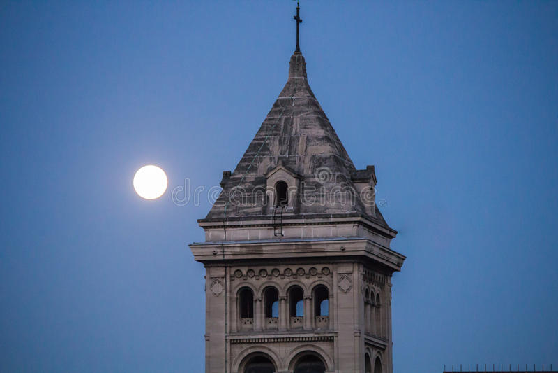 Tornet av den Eglise Notre Dame desen tuggar ljudligt, med fullmånen, Paris royaltyfri bild