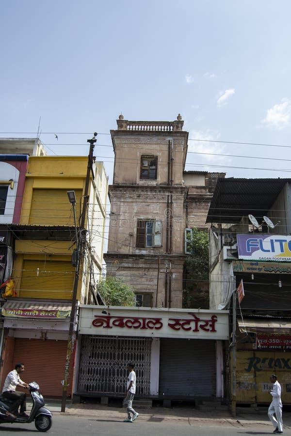 Tornet av den Holkar eran Shiv Vilas Palace Indore som täckas med, shoppar royaltyfri foto