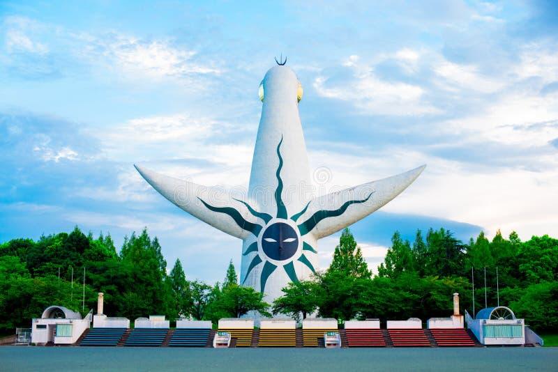 Tornet av solen av den japanska konstnären Taro Okamoto lokaliseras på Banpaku parkerar i Osaka, Japan I sommartid som är interna arkivbild