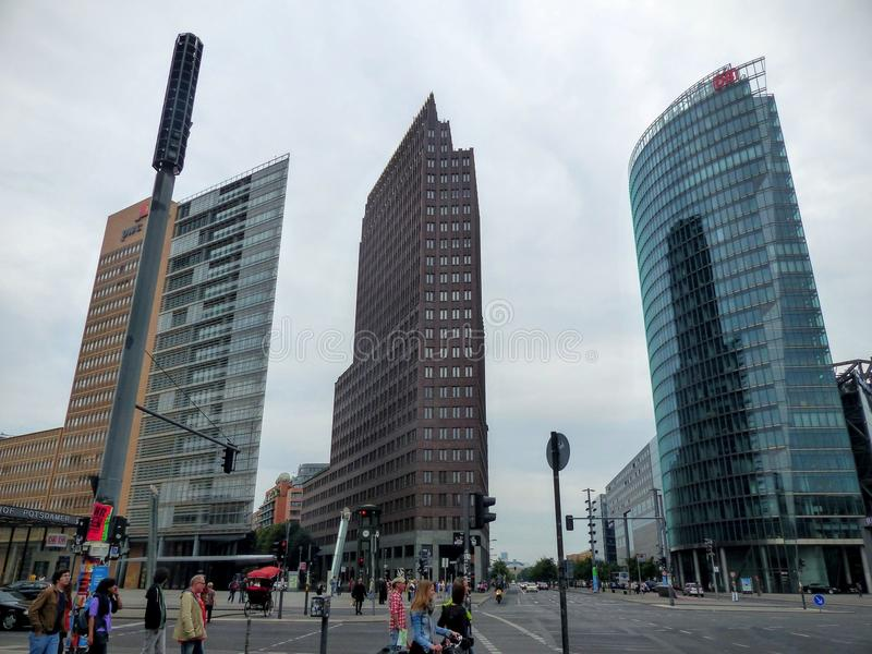 Tornet för tre det höga moderna berömda byggnader av den Postdamer platzen till Berlin, Tyskland arkivfoto