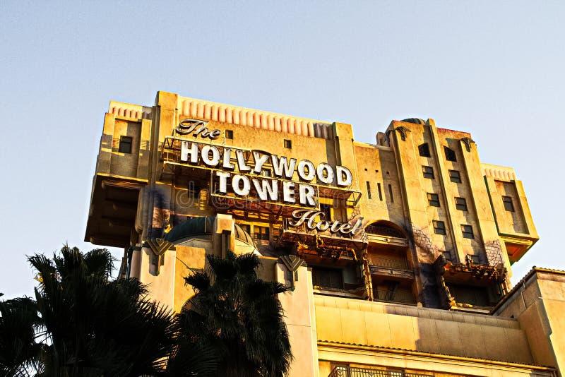 Tornet f?r skymningzon av hotell I f?r skr?ckHollywood torn arkivfoton