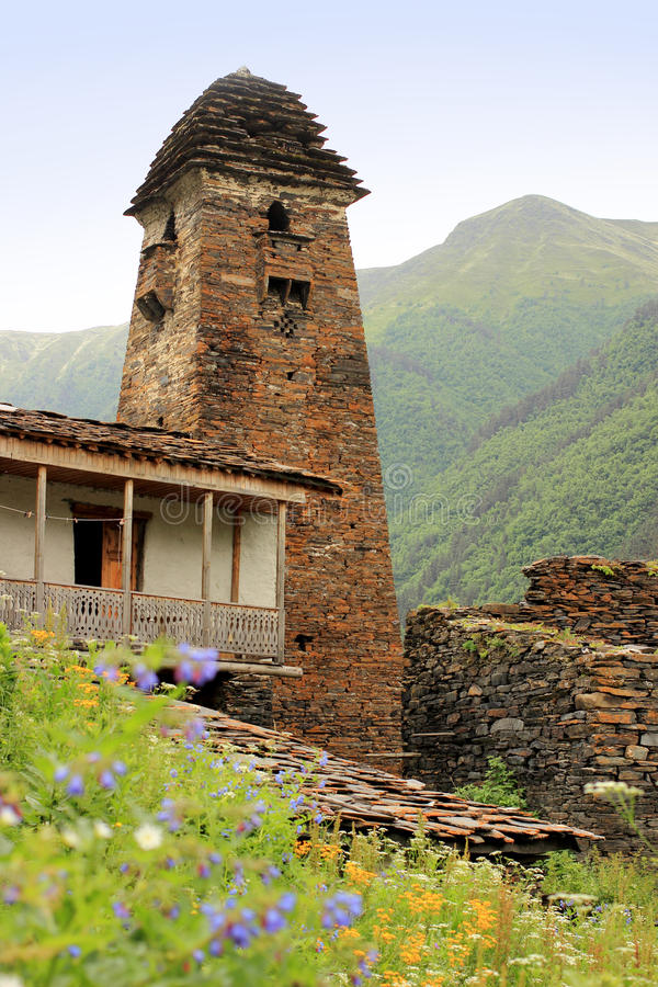 Tornet i den Dartlo byn Tusheti region (Georgia) arkivbild