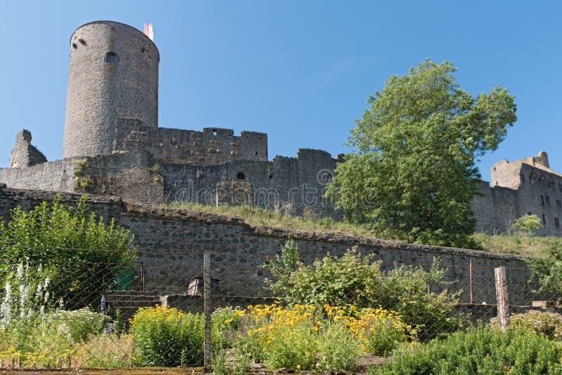 Tornet och väggen av fördärvar muenzenberg hesse Tyskland arkivbilder