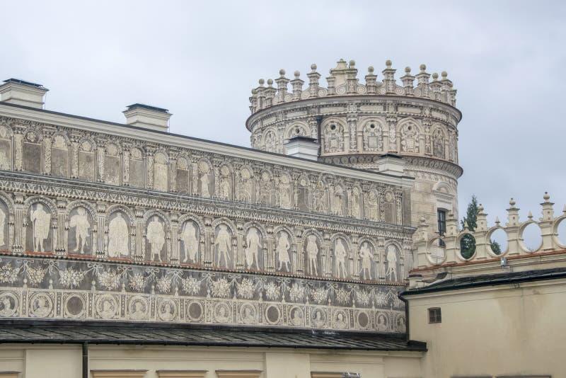 Tornet och väggen för renässans rockerar det nobla i Krasiczyn, Polen arkivfoton