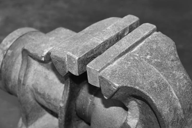 Tornillo de banco oxidado viejo del hierro en el primer del banco de trabajo imagen de archivo libre de regalías