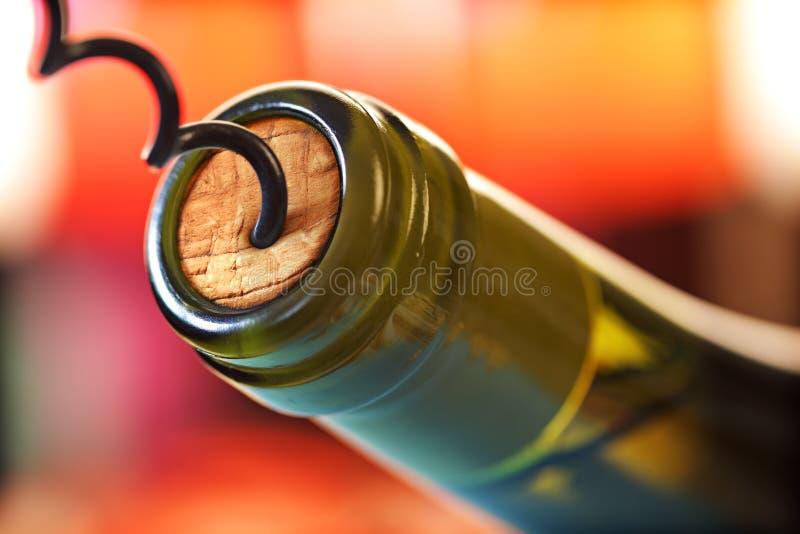 Tornillo del corcho y botella de vino imágenes de archivo libres de regalías