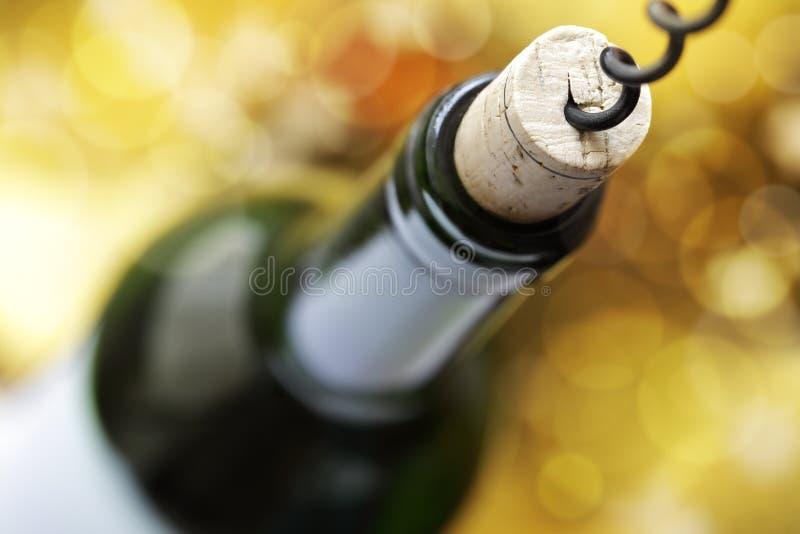 Tornillo del corcho y botella de vino fotos de archivo