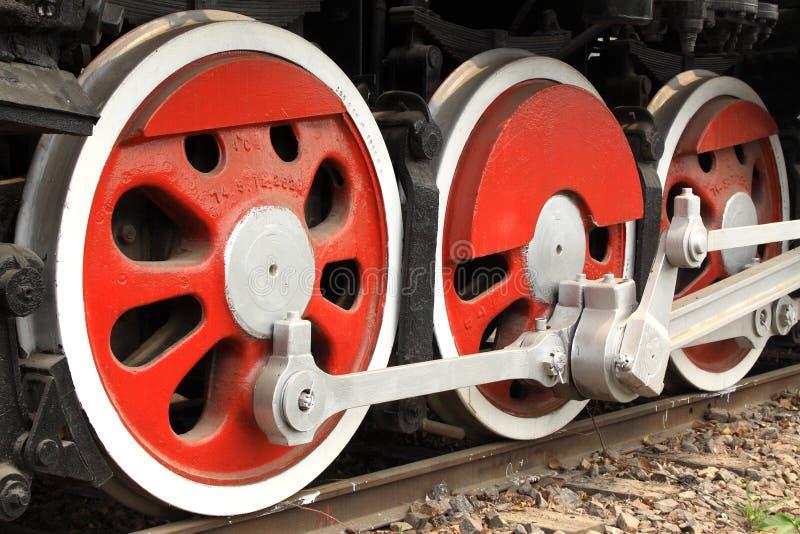 Tornillo en pistas ferroviarias imágenes de archivo libres de regalías