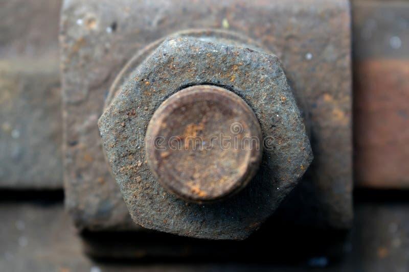 Tornillo oxidado en raily el tren imagenes de archivo