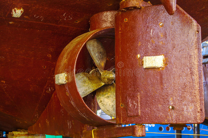 Tornillo pesado viejo del propulsor del ` s de la nave del buque oxidado del naufragio imagen de archivo