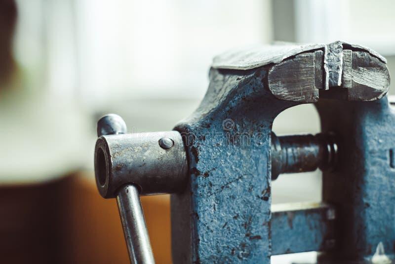 Tornillo viejo del hierro en la tabla fotos de archivo libres de regalías
