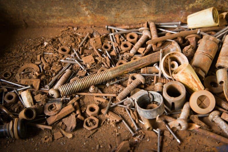 Tornillos y clavos oxidados viejos fotografía de archivo libre de regalías
