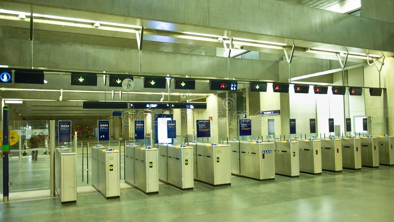 Torniquetes em uma entrada ao metro imagens de stock royalty free