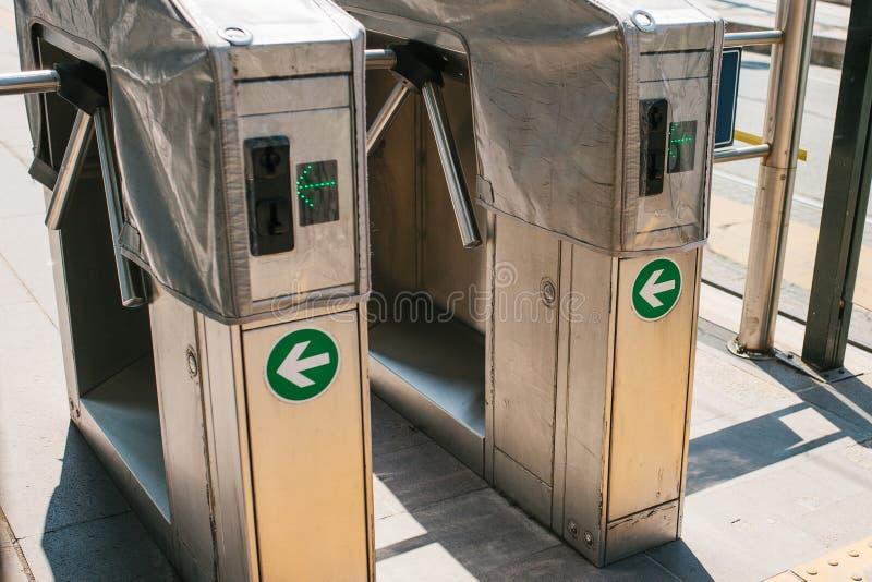 Torniquetes na entrada à estação foto de stock royalty free