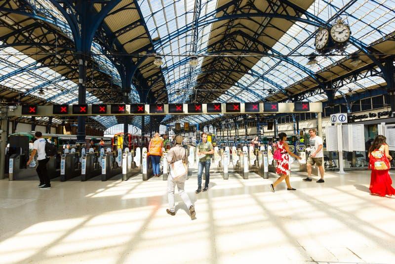 Torniquetes para a saída das plataformas do estação de caminhos-de-ferro de Brigghton à cidade, Reino Unido foto de stock