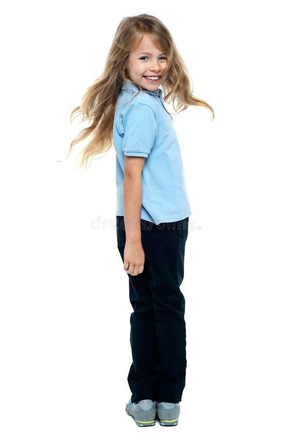 Tornitura sorridente della ragazza verso la macchina fotografica fotografia stock libera da diritti