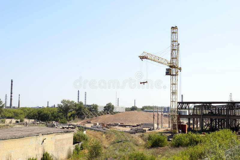 Tornkran, industriell zon i staden arkivfoton