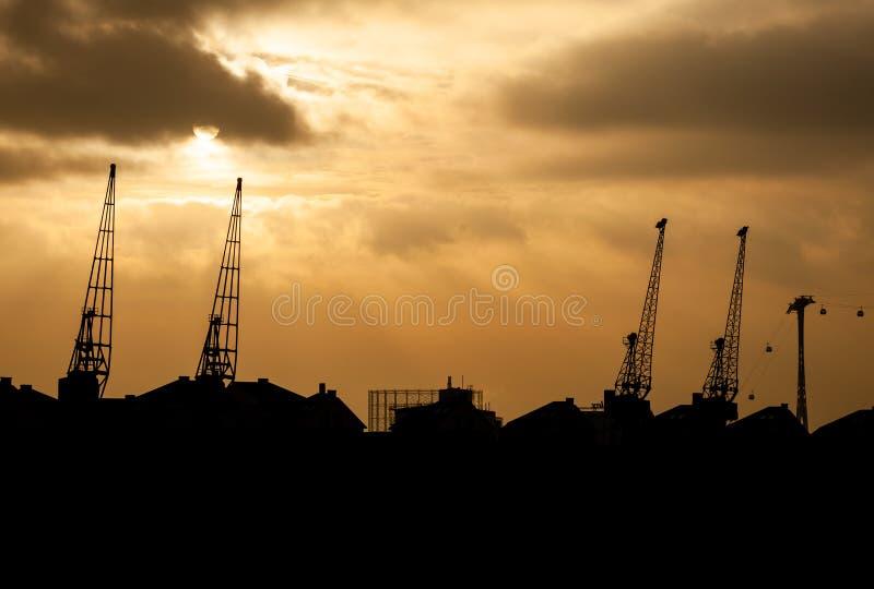 Tornkranar på flodThemsen, London, UK på solnedgången arkivbild