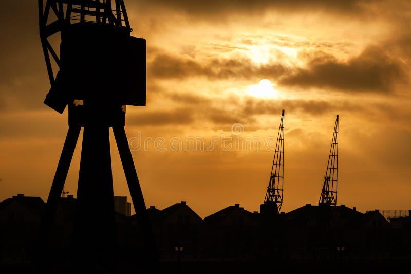 Tornkranar på flodThemsen, London, UK på solnedgången royaltyfria bilder
