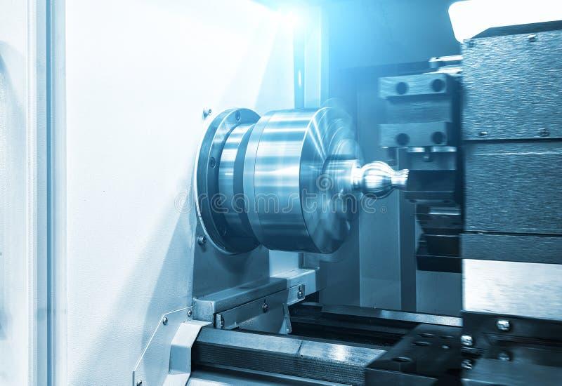 Torno de la máquina del torno del CNC que corta la pieza de la rosca de tornillo del metal concepto que trabaja a máquina del CNC imagen de archivo libre de regalías