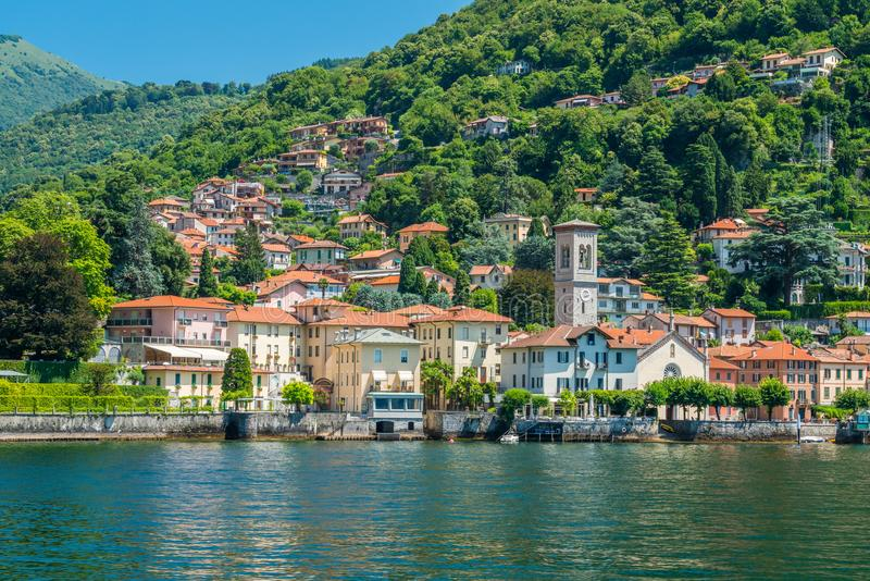 Torno, kleurrijke en schilderachtige dorp op Meer Como Lombardije, Italië stock foto