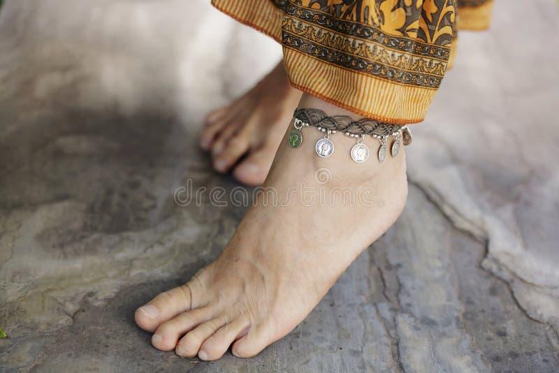 Tornozelo fêmea com bracelete fotos de stock