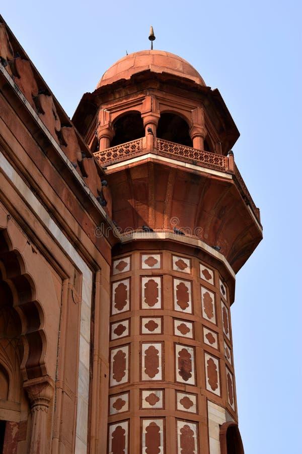 Tornsikt av SafdarjangÂs gravvalv i den Delhi staden arkivfoto