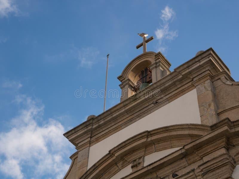 Tornspira av den traditionella portugisiska kyrkan i Portugal, med blå himmel arkivbilder