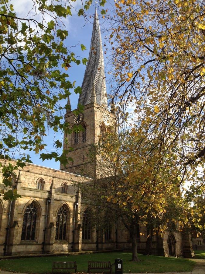 Tornspira för chesterfieldsoffa för UK England Derbyshire krokig arkivbilder