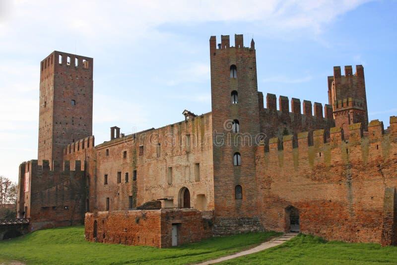 Tornspiror och torn av den medeltida slotten av Montagnana arkivbild