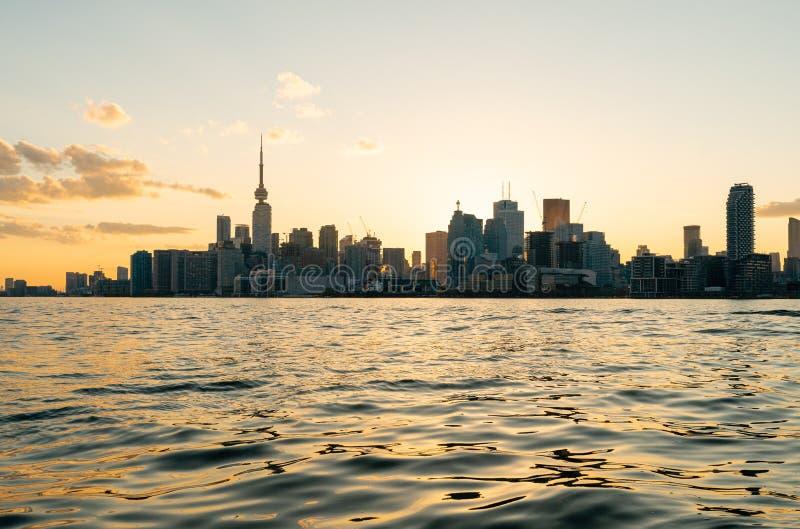 Toronto céntrico de enfrente del puerto en la puesta del sol fotos de archivo libres de regalías