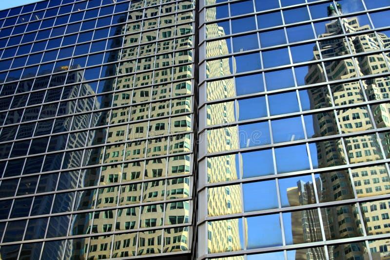 TORONTO, CANADÁ - 8 DE JANEIRO 2012: Arranha-céus e céu azul sem nuvens que refletem na fachada de vidro fotografia de stock