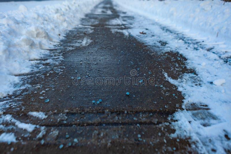Toronto, CANADÁ - 27 de janeiro de 2019: Sal azul canadense em estradas para melhor derreter do gelo com o cloreto líquido do mag imagem de stock