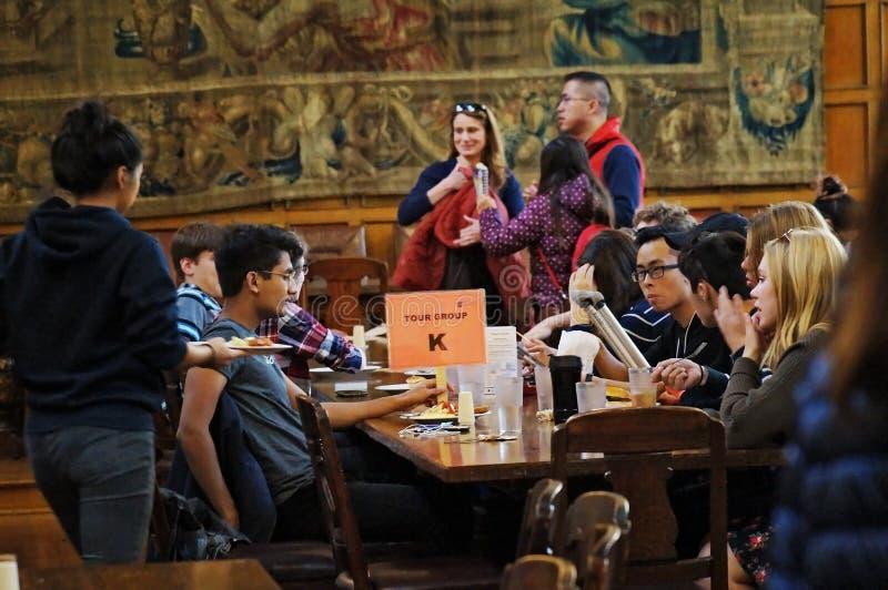 Toronto, Canadá - 20 10 2018: Estudiantes que conducen una excursión alrededor del edificio histórico del Trinity College durante fotografía de archivo libre de regalías