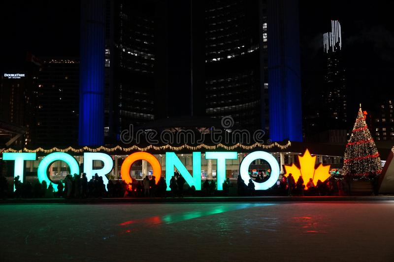 TORONTO, CANADÁ - 2018-01-01: Opinión de la noche a través del iluminado brillantemente para la pista de patinaje de la Noche Vie foto de archivo libre de regalías