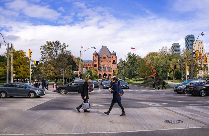 Toronto, Canadá - 10 20 2018: peatones que caminan a lo largo de la calle de la universidad y de la avenida de la universidad que fotos de archivo libres de regalías