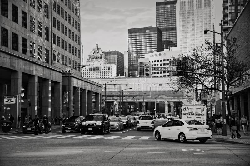 Toronto, Canadá - 05 20 2018: Tráfego na junção da rua da baía e do cais do Queens em Toronto do centro no afternon ensolarado imagem de stock royalty free