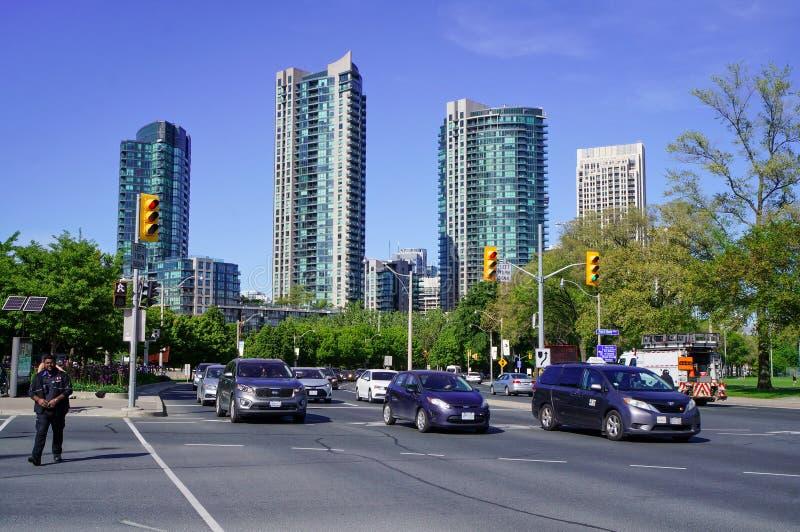 Toronto, Canadá - 06 09 2019: Tráfico en empalme de la avenida del oeste y de Strachan del bulevar de la orilla del lago delante  fotografía de archivo libre de regalías