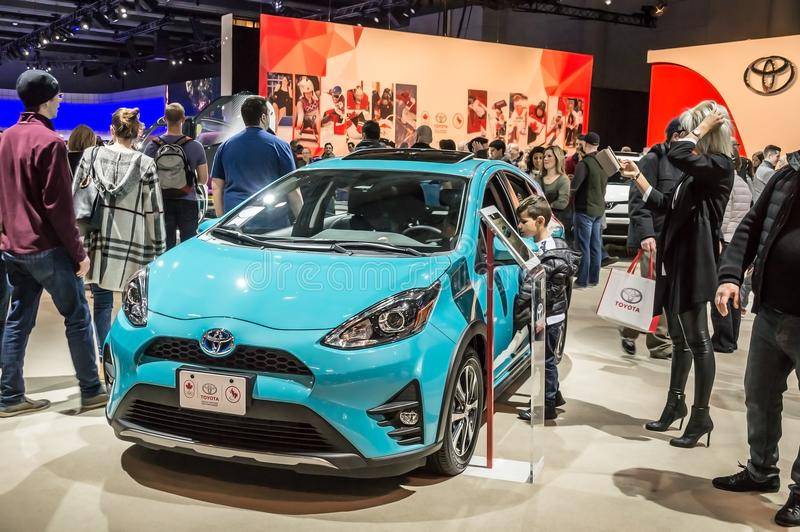 Toronto, Canada - 2018-02-19: Bezoekers van 2018 Canadese Internationale AutoShow rond de hybride auto van Prius c subcompact op  royalty-vrije stock foto