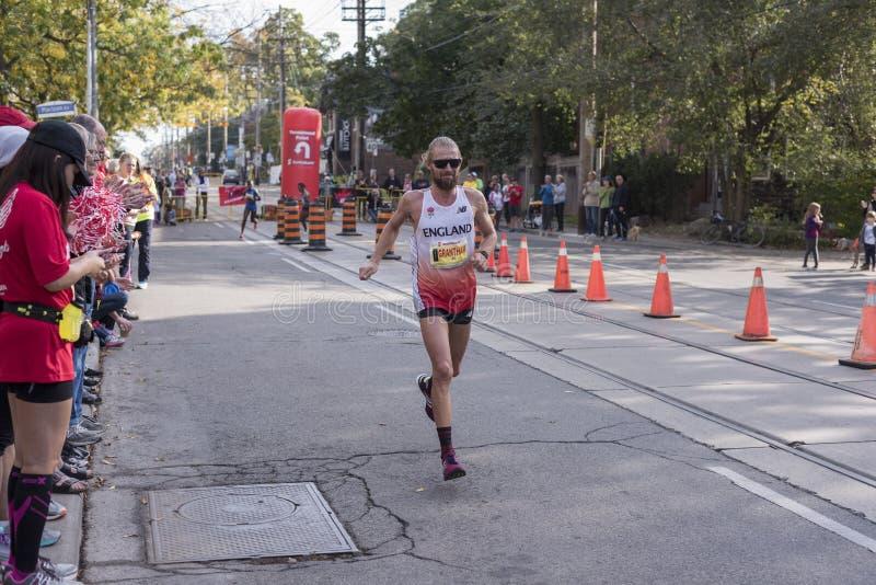 TORONTO, ON/CANADA - 22 DE OCTUBRE DE 2017: Corredor de maratón BRITÁNICO Lee Granth fotos de archivo