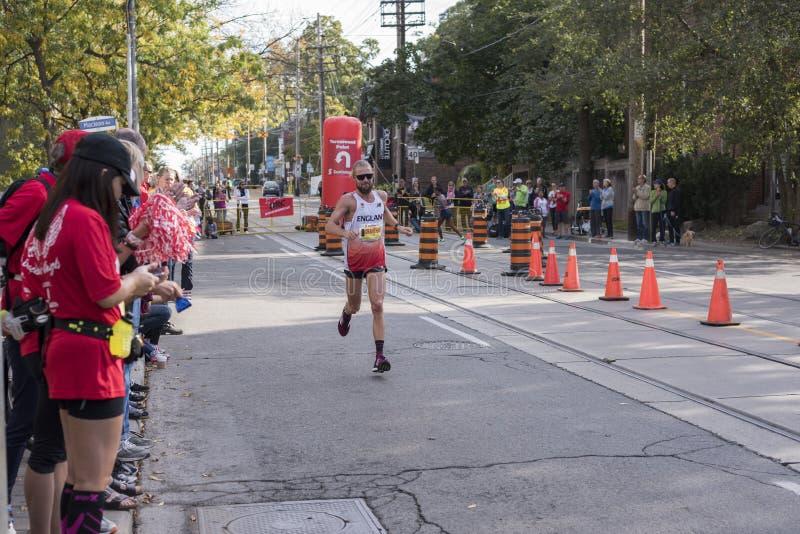 TORONTO, ON/CANADA - 22 DE OCTUBRE DE 2017: Corredor de maratón BRITÁNICO Lee Granth foto de archivo