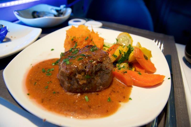 TORONTO, CANADA - 21 gennaio 2017: Il pasto in volo del Business class di Air Canada, il raccordo del manzo, salsa di senape, ha  immagini stock
