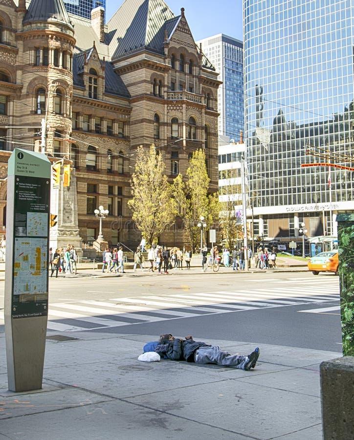 TORONTO, CANADA - 13 maggio 2016: L'uomo senza tetto dorme sulla via a Toronto del centro, Canada immagine stock libera da diritti