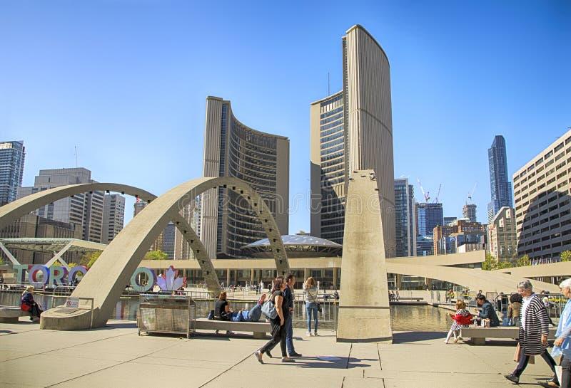 TORONTO, CANADA - 13 maggio 2016: Quadrato di Nathan Phillips a Toronto Un posto popolare per ricreazione per la gente, Toronto immagine stock