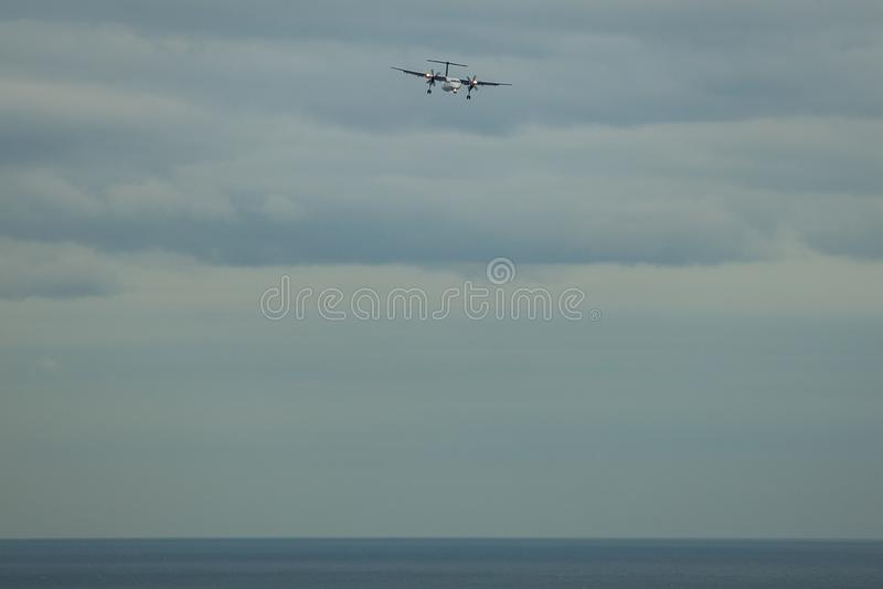 Toronto, CANADA - 10 novembre 2018: aereo di elica in preparazione di atterraggio sotto il lago ontario a Toronto immagini stock