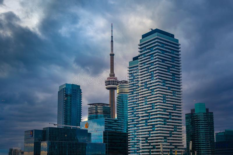 Toronto, CANADA - 20 novembre 2018: Vista del paesaggio in città occupata di Toronto con i grattacieli e la torre leggendaria del fotografie stock